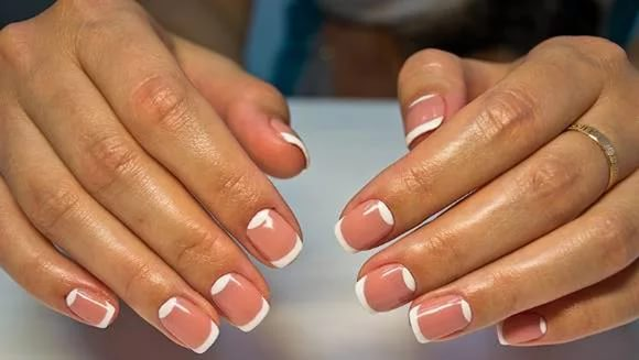 Дизайн ногтей с френчем и лунками
